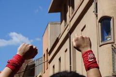 Человек с кулаками вверх на небе Стоковое фото RF