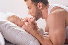 Человек с маленьким младенцем. Стоковые Изображения