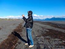 Человек с мех-выровнянной шляпой на пляже на вертеле почтового голубя Стоковое Изображение RF