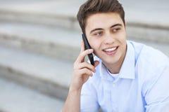 Человек с мобильным телефоном стоковые изображения rf