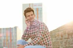Человек с мобильным телефоном outdoors Стоковое Изображение