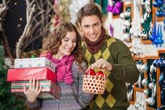 Человек с настоящими моментами покупок женщины в рождестве Стоковые Изображения