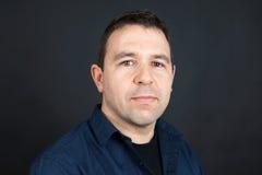 Человек с нейтральным выражением Стоковое Фото