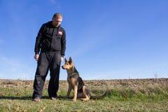 Человек с немецкой овчаркой Стоковое Фото