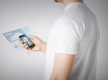Человек с новостями чтения smartphone Стоковая Фотография