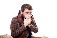 Человек с носовым платком в руке, руках обтирает ее нос, его ПАЦИЕНТОВ глаз И человека блеска на светлом конце предпосылки вверх Стоковая Фотография RF