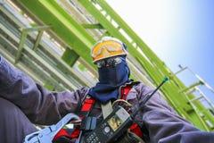 Человек с оборудованием предохранения от безопасности личным Стоковые Фотографии RF