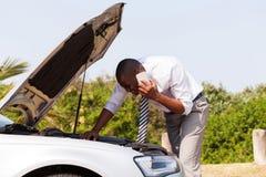 Человек сломанный вниз с автомобиля Стоковые Изображения