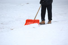 Человек с лопаткоулавливателем снега очищает тротуары Стоковая Фотография RF