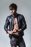 Человек с ориентацией в кожаной куртке и джинсах смотря к sid Стоковые Изображения RF