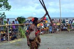 Человек с оружием традиции на фестивале маски Стоковая Фотография