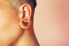 Человек с отверстием мочки уха стоковые фотографии rf