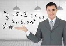 Человек с открытой рукой ладони под уровнениями математики Стоковое Изображение RF