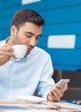 Человек с отдыхать мобильного телефона стоковое фото rf