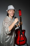 Человек с петь гитары Стоковое Фото