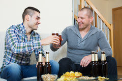 Человек 2 с пивом сидит и говорит Стоковое Изображение