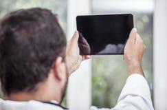 Человек с ПК таблетки Стоковая Фотография