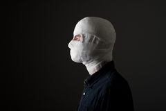 Человек с повязкой на его голове Стоковое Изображение