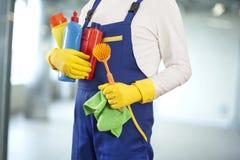 Человек с поставками чистки в здании Стоковые Фото