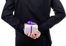 Человек с подарком в руке, взгляде от задней части Стоковая Фотография