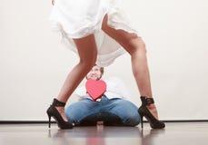 Человек с подарочной коробкой сердца форменной для женщины Стоковые Фото