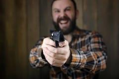 Человек с положенными дальше защитными изумлёнными взглядами и тренировка уха в пистолете sh Стоковое Изображение RF