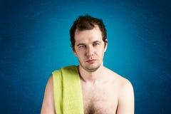 Человек с полотенцем на плече стоковое изображение