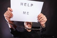 Человек с прикованный держать рук помогает мне подписать Стоковое Фото