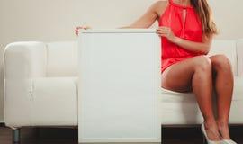 Человек с пустым пустым белым знаменем рекламодателя стоковые фото