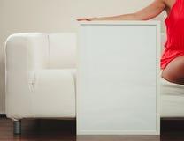 Человек с пустым пустым белым знаменем рекламодателя стоковые изображения rf