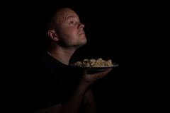 Человек с плитой вареников Стоковое Изображение RF