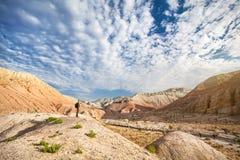 Человек с рюкзаком в пустыне стоковая фотография rf