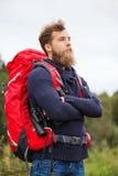Человек с рюкзаком и бинокулярное outdoors Стоковые Фотографии RF