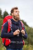Человек с рюкзаком и бинокулярное outdoors Стоковое Фото