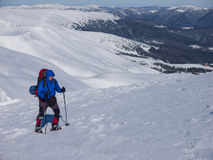 Человек с рюкзаком и snowshoes Стоковые Фотографии RF