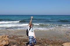 Человек с рюкзаком на Средиземном море, Кипре, Protaras стоковые изображения rf