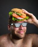 Человек с сандвичем на его голове стоковая фотография