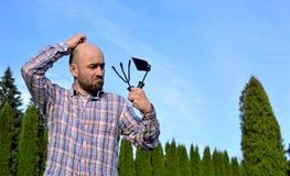 Человек с садовыми инструментами Стоковое Изображение RF