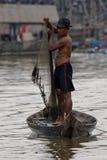 Человек с сетью, соком Tonle, Камбоджей стоковая фотография rf
