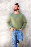 Человек с склонностью бороды против стены Стоковая Фотография