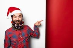 Человек с смешной украшенной бородой указывая к стороне Стоковое Изображение