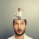 Человек с смеясь над коммерсанткой Стоковое Фото