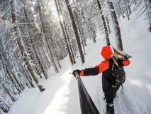 Человек с сноубордом вверх на верхней части горы стоковые изображения rf