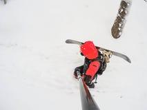 Человек с сноубордом в снежном лесе стоковые фотографии rf