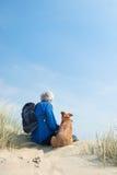 Человек с собакой Стоковые Фотографии RF