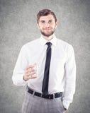 Человек с стеклом стоковые фото
