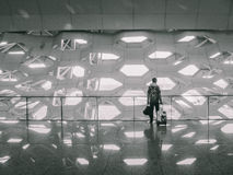 Человек с сумками на авиапорте Стоковое фото RF