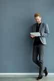 Человек с таблеткой стеной Стоковая Фотография