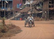 Человек с тележкой, соком Tonle, Камбоджей Стоковые Изображения RF