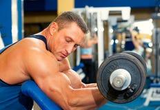 Человек с тренажером веса на спортивном клубе стоковые фото